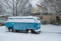 3 januari, 2017 Eugene Or: Een VW-micro- bus wordt begraven in een deken van sneeuw Stock Fotografie