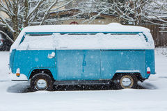 Januari 3, 2017 Eugene Or: Vw-en mikrobuss begravas i ett snötäcke Royaltyfri Bild