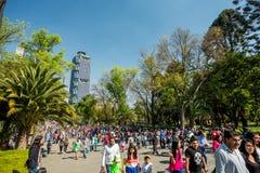 Januari 22, 2017 Folket som går i Chapultepec, parkerar, Mexico - stad fotografering för bildbyråer