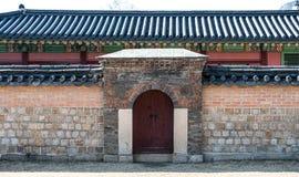 Januari 11, 2016 Gyeongbokgung slott i Korea Byggnad som byggs i den Joseon dynastin En liten dörr av slotten som konungen bodde Arkivfoton