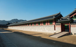 Januari 11, 2016 Gyeongbokgung slott i Korea Byggnad som byggs i den Joseon dynastin En liten dörr av slotten som konungen bodde Arkivbilder