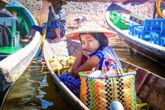 21 JANUARI 2016, INLE-SJÖ MYANMAR: Burmese flicka på fartyget i inlesjön arkivfoton