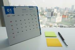Januari kalender för möte av tidsbeställning med postiten Royaltyfri Bild