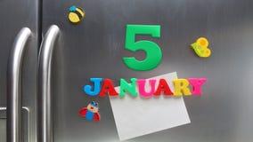 5 januari kalenderdatum met plastic magnetische brieven wordt gemaakt die Stock Afbeelding