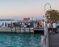 26,2017 januari Key West, FL Mensen die zich in Mallory Square voor zonsondergangviering verzamelen Stock Foto's