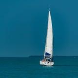26,2017 januari Key West, FL Zeilboot die het eiland verlaten Stock Afbeelding