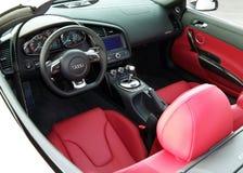 23 januari, 2012, Kiev, de Oekraïne; Binnenlands Audi R8 V10 Spyder Dienst van de auto de binnenlandse luxe Auto binnenlandse det stock foto