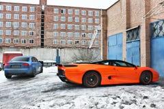 Januari 3, 2013; Kiev Ukraina Jaguar XJ220 1991 och Audi RS4 royaltyfri bild