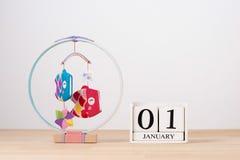 Januari 01 kubkalender på trätabellen med tomt utrymme för te Arkivfoto