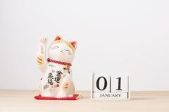 01 januari kubuskalender op houten lijst met lege ruimte voor te Stock Afbeeldingen