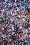 21 JANUARI, 2017, LOS ANGELES, CA De luchtmening van 750.000 neemt aan Maart van Vrouwen deel, activisten die Donald J protestere Stock Foto's