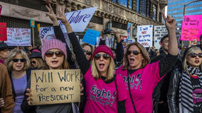 JANUARI 21, 2017, LOS ANGELES, CA 750.000 deltar i kvinnors mars, aktivister som protesterar Donald J Trumf i den största natione royaltyfri foto