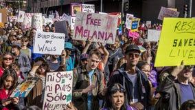 JANUARI 21, 2017, LOS ANGELES, CA 750.000 deltar i kvinnors mars, aktivister som protesterar Donald J Trumf i den största natione Royaltyfria Foton
