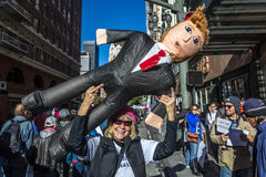 JANUARI 21, 2017, LOS ANGELES, CA 750.000 deltar i kvinnors mars, aktivister som protesterar Donald J Trumf i den största natione Royaltyfri Bild
