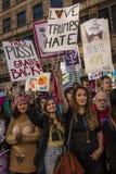 JANUARI 21, 2017, LOS ANGELES, CA 750.000 deltar i kvinnors mars, aktivister som protesterar Donald J Trumf i den största natione Arkivbilder