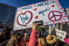 JANUARI 21, 2017, LOS ANGELES, CA 750.000 deltar i kvinnors mars, aktivister som protesterar Donald J Trumf i den största natione Arkivbild