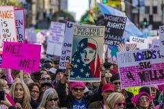 JANUARI 21, 2017, LOS ANGELES, CA 750.000 deltar i kvinnors mars, aktivister som protesterar Donald J Trumf i den största natione Arkivfoton