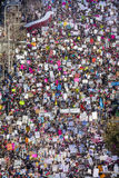 JANUARI 21, 2017, LOS ANGELES, CA Den flyg- sikten av 750.000 deltar i kvinnors mars, aktivister som protesterar Donald J Trumf i Arkivfoton