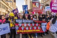JANUARI 21, 2017, LOS ANGELES, CA Jane Fonda, Frances Fisher och Lily Tomlin (som är från vänster till höger) deltar i kvinnors m royaltyfri fotografi