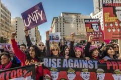 JANUARI 21, 2017, LOS ANGELES, CA Jane Fonda och Frances Fisher deltar i kvinnors mars, 750.000 aktivister som protesterar Donald Arkivbild