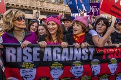 JANUARI 21, 2017, LOS ANGELES, CA Jane Fonda och Frances Fisher deltar i kvinnors mars, 750.000 aktivister som protesterar Donald Royaltyfri Fotografi