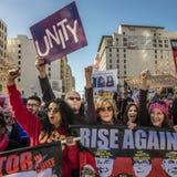 JANUARI 21, 2017, LOS ANGELES, CA Jane Fonda och Frances Fisher deltar i kvinnors mars, 750.000 aktivister som protesterar Donald royaltyfri bild