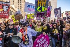 JANUARI 21, 2017, LOS ANGELES, CA Lily Tomlin och Miley Cyrus deltar i kvinnors mars, 750.000 aktivister som protesterar Donald Royaltyfria Foton