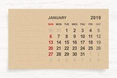 Januari 2019 - månatlig kalender på bakgrund för brunt papper och trä royaltyfri illustrationer