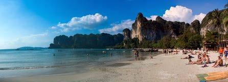 20 januari 2015: mensen op het strand in Thailand, Azië Karbi Islan Royalty-vrije Stock Foto