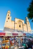 15 januari, 2017 Merida, Mexico Kathedraal San Ildefonso Straatventers bij een fiesta van de zondagmiddag Stock Foto