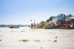 28 januari 2014 - MIJN THO, VIETNAM - Huizen door een rivier, op 28 januari, 2 Stock Foto's