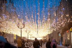 29 JANUARI 2018, MOSKOU, RUSLAND Nikolskayastraat op de avond stock foto