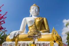 10 / Januari/18 på den stora Buddha, Wat Phra That Doi Kham Gränsmärket av byinvånarna Det är en respectf Royaltyfri Foto