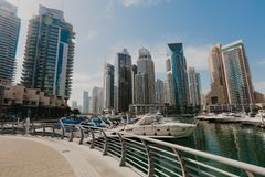 Januari 02, 2019 Panoramautsikt med den moderna skyskrapor och vattenpir av den Dubai marina, Förenade Arabemiraten royaltyfri bild