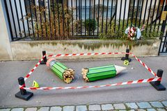 JANUARI 18, 2015 - PARIS: Bruten blyertspenna på 10na Rue Nicolas-Appert, symbol av massakern på den franska tidskriften Fotografering för Bildbyråer