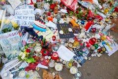 JANUARI 18, 2015 - PARIS: Je suis Charlie - sörja på 10na Rue Nicolas-Appert för offren av massakern på franskan Arkivfoton