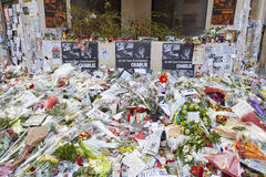 JANUARI 18, 2015 - PARIS: Je suis Charlie - sörja på 10na Rue Nicolas-Appert för offren av massakern på franskan Royaltyfri Fotografi