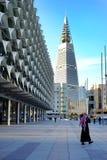 Januari 25 2017 - Riyadh, Saudiarabien: En man går närliggande saudiern som det nationella museet parkerar och Al Faisaliyah Cent royaltyfri bild