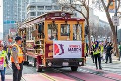 19 januari, 2019 San Francisco/CA/de V.S. - het Oude wijnkarretje vervoert Deelnemers aan Maart van de Vrouwen op Marktstraat stock afbeelding