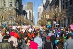 Januari 20, 2018 San Francisco/CA/USA - mars för kvinna` s; Folket som bär det olika tecknet, marscherar på marknadsgatan i centr Royaltyfri Fotografi