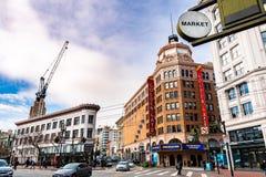 Januari 19, 2019 San Francisco/CA/USA - stads- landskap i i stadens centrum San Francisco; MarknadsSt, Taylor St och Golden Gatea royaltyfri fotografi