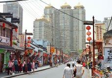 7 JANUARI 2017 - SHANGHAI, CHINA - Winkels omringt de Yu-Tuin in het centrum van de oude stad van Shanghai Royalty-vrije Stock Afbeeldingen