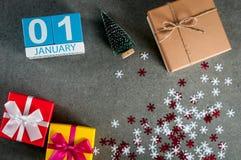 Januari 1st bild 1 dag av den januari månaden, kalender på jul och bakgrund för lyckligt nytt år med gåvor Arkivfoto