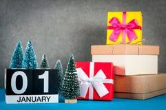 Januari 1st bild 1 dag av den januari månaden, kalender på jul och bakgrund för nytt år med gåvor och liten jul Arkivbild
