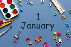 Januari 1st dag 1 av den januari månaden, kalender på blå bakgrund med skolatillförsel vinter för blommasnowtid Arkivbilder