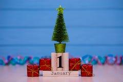 Januari 1st dag 1 av den Januari uppsättningen på träkalender på blå träplankabakgrund Royaltyfri Bild