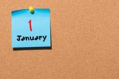 Januari 1st dag 1 av månaden Kalender på anslagstavla Vintertid, begrepp för nytt år Tomt avstånd för text Arkivfoton