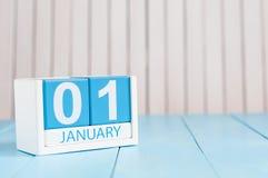 Januari 1st dag 1 av månaden, kalender på träbakgrund Vintertid, begrepp för nytt år Tomt avstånd för text Arkivbild
