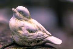 22 januari, 2017: Standbeeld van een vogel die een graf in Skogsky verfraaien Stock Fotografie