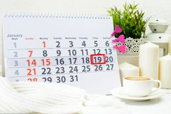 Januari 19th Dag 19 av månaden på den vita kalendern, nära en kopp av c Fotografering för Bildbyråer